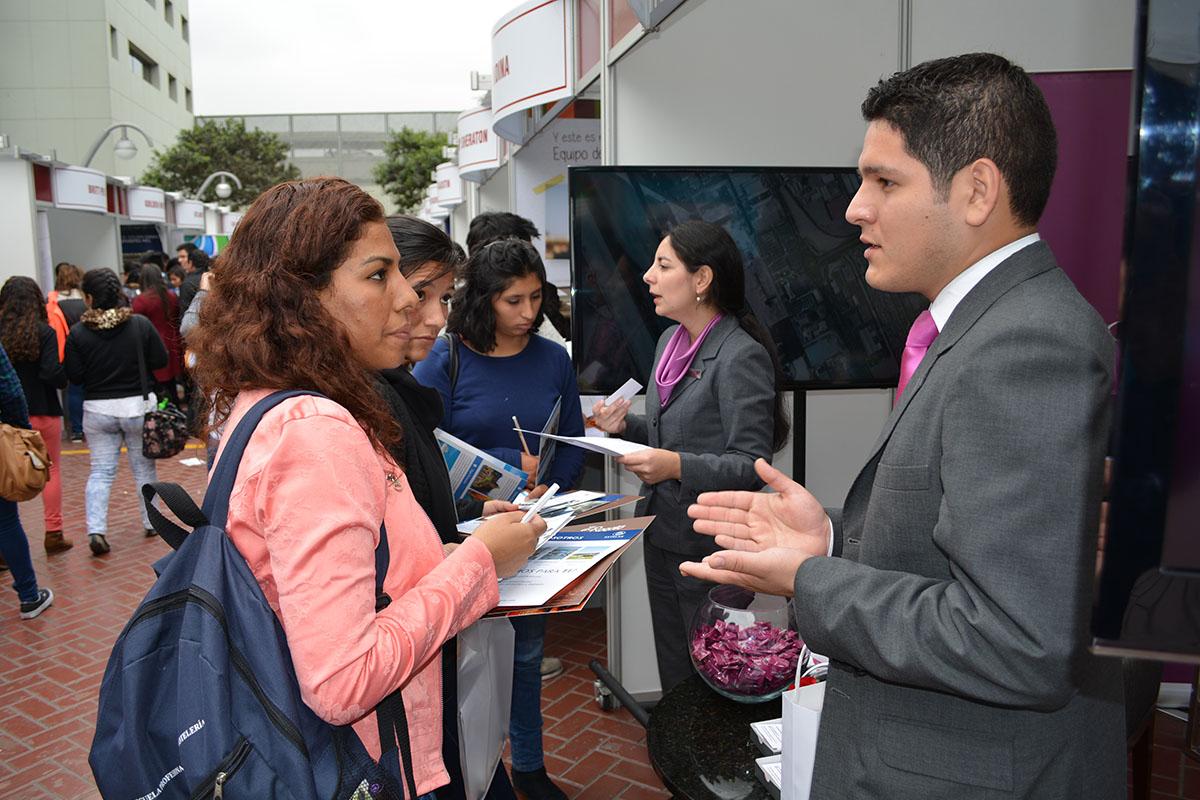 Egresados De La EPTH Trabajando En El Crowne Plaza Lima Hotel